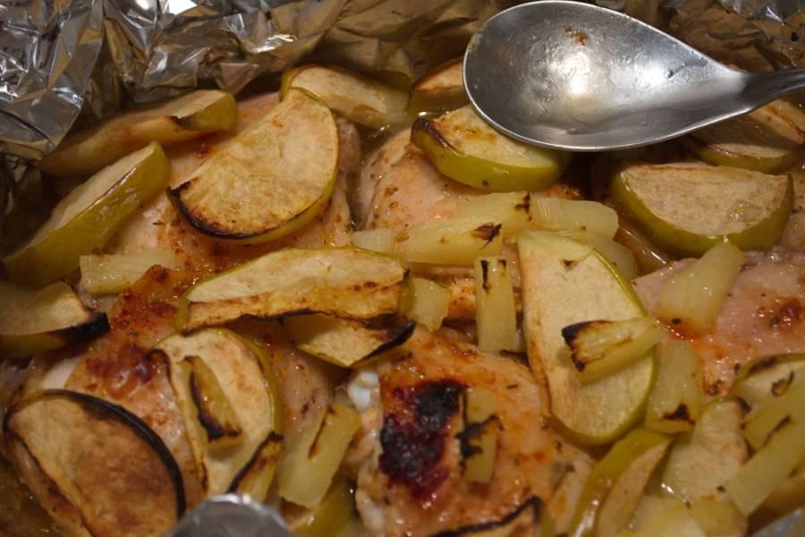 Разогреть духовку до 200 градусов. Запекать курицу (форму закрыть сверху фольгой или крышкой) около 1,5 часа в духовке.
