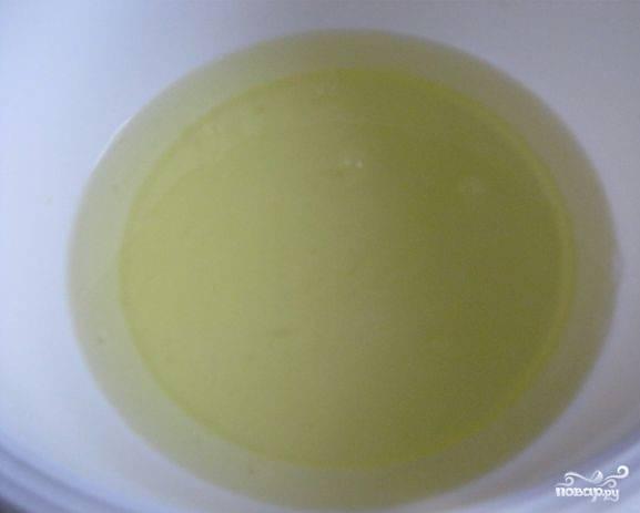 3. В отдельной посуде взбейте белки без добавления сахара. Взбивайте до тех пор, пока не появится устойчивая пена.