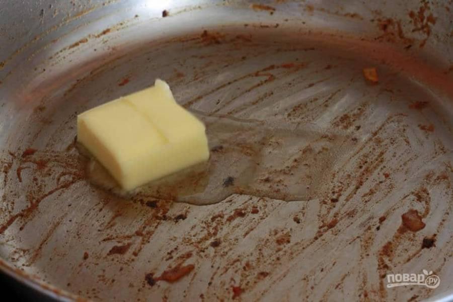 8.Сковороду верните на огонь, выложите сливочное масло (можно заменить растительным).