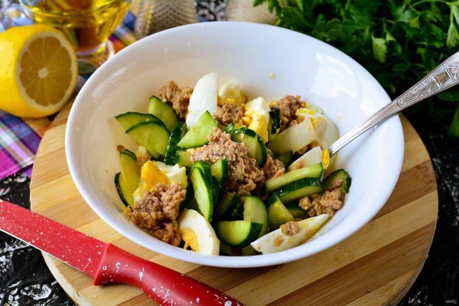Перемешайте салат и готово.