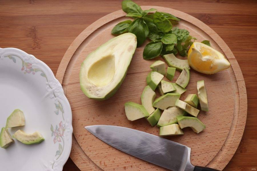 Авокадо очистите, нарежьте дольками и сбрызните лимонным соком.