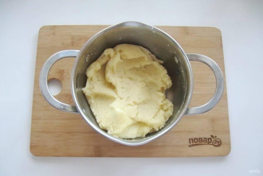С помощью ложки или лопатки замесите однородное тесто. Вымешивайте до тех пор, пока тесто не будет хорошо отставать от стенок кастрюли. При этом комочков не должно быть.
