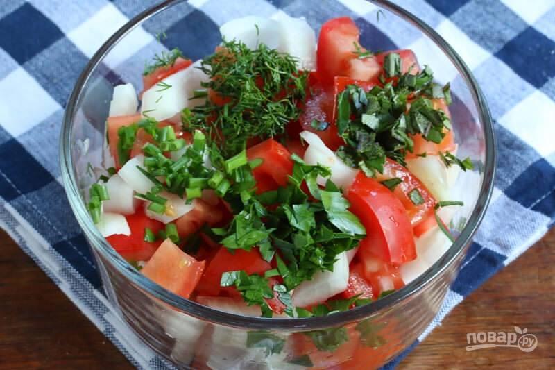Нарежьте помидоры любым удобным для вас способом. Отправьте к ним зелень и лук, нарезанный некрупно.