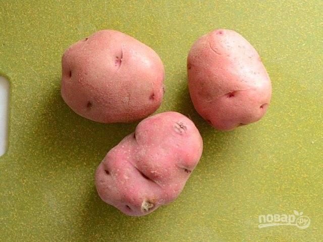 4.Очистите картофель, нарежьте его небольшими кубиками.