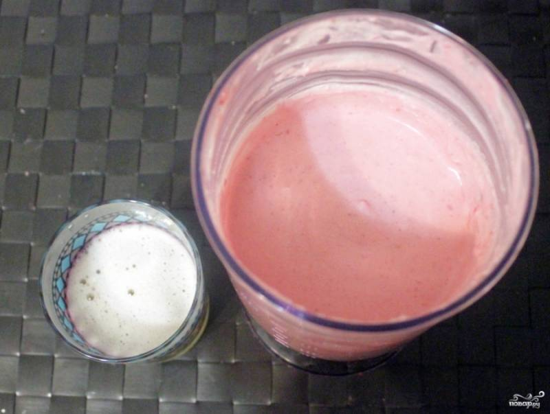 Затем растворите 25 граммов желатина в небольшом количестве воды, дайте ему разбухнуть. Потом залейте половиной стакана воды и на водяной бане, помешивая, растворите желатин, до кипения не доводите. Потом добавьте желатин в творожную массу, аккуратно размешайте лопаточкой.