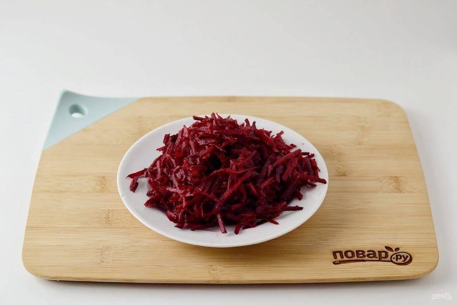 Свеклу помойте, очистите от кожуры, натрите на терке для корейской моркови.