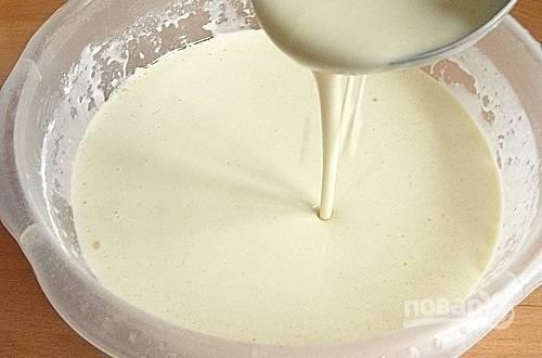2. Наливайте тесто на сковороду небольшими порциями и жарьте тоненькие блинчики.
