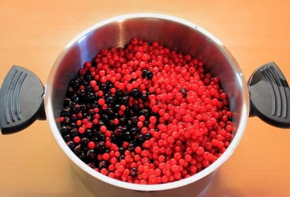 Выкладываем смородину в кастрюлю и ставим ее на медленный огонь. Воду я не доливаю, так как ягода пускаем довольно много сока.