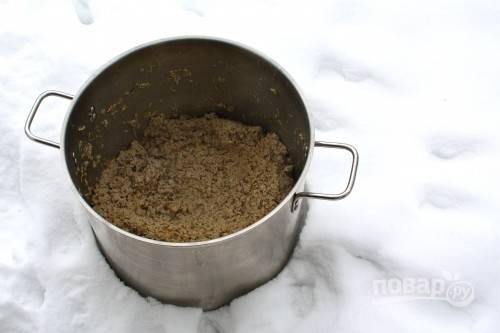 1. Для начала пропустите через мясорубку вымытое и обсушенное мясо. Измельчите кубиками лук и сельдерей. Выложите в сотейник с небольшим количеством масла лук и сельдерей. Обжарьте до прозрачности. Добавьте фарш и тушите на среднем огне, помешивая, до готовности. Посолите и поперчите по вкусу.