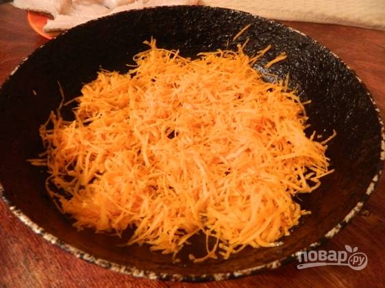 Морковку натрем на мелкой терке и выкладываем тонким слоем в форму для запекания.