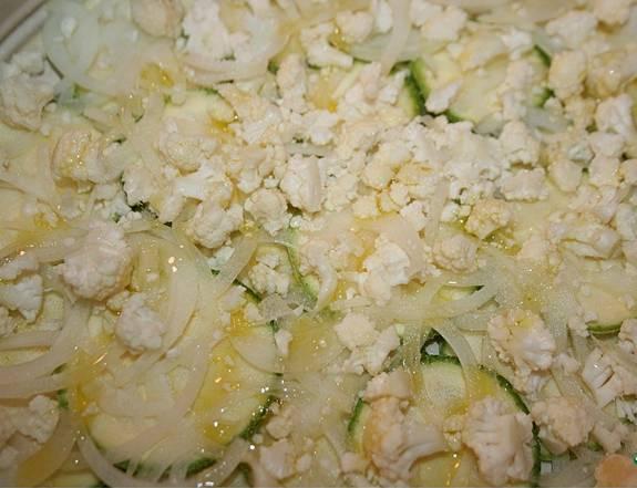 2. Дальше - слой цветной капусты. Тоже при желании посыпаем специями и поливаем маслом.