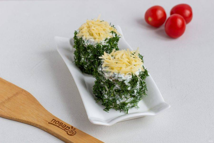 Сверху присыпьте сыром натертым на мелкой терке.