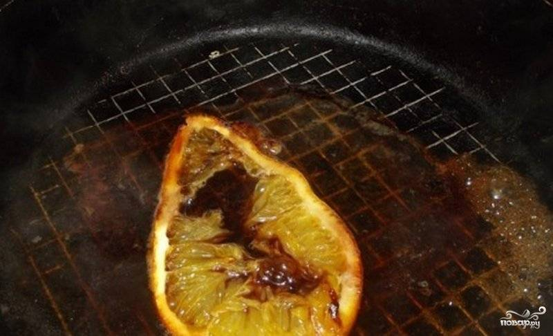 Затем само мясо уберите, а дольку апельсина оставьте. Влейте в сковороду сок. Вскипятите его и оставьте минуты на 3.