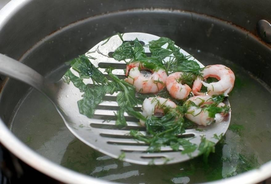 В бульон (без рыбы) кладем мелко нарезанный укроп и базилик, доводим до кипения. Затем в кипящую воду кладем очищенные креветки.