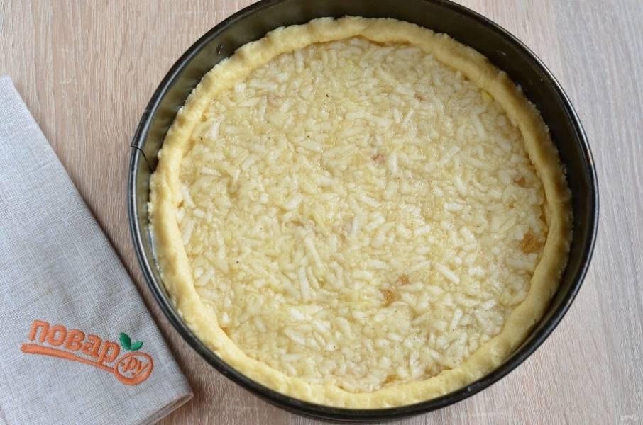 6. Форму застелите пергаментом. Тесто распределите так, чтобы получилась основа и высокие бортики. Выложите яблочную начинку, разровняйте. Отправьте пирог в горячую духовку (180 градусов) и выпекайте 45 минут.