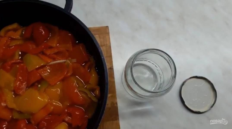 4. Жидкость через некоторое время достигнет краев тарелки. Выложите перец в заранее простерилизованные банки (я стерилизую кипящей водой).