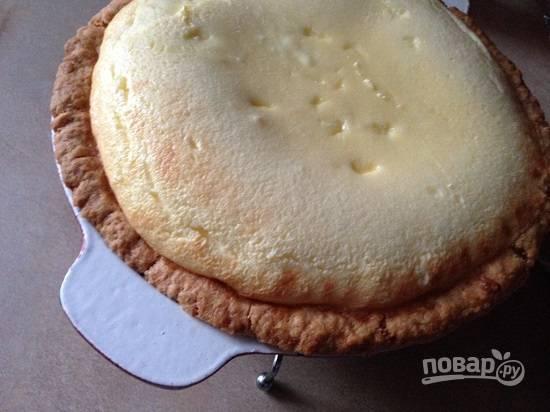 И выпекаем в разогретой до 200 градусов духовке. В тяжелой форме пирог выпекался почти полтора часа. В обычной разъемной форме  - около часа. Начинка при выпекании поднимается, а потом опустится. Пирог готов, когда вся начинка станет упругой.