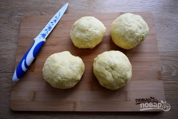 Разделите тесто на четыре части.
