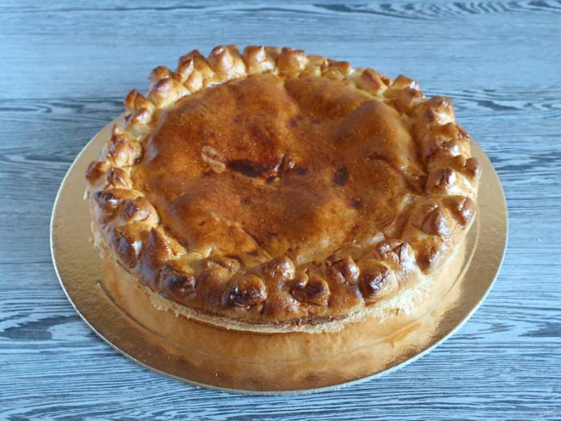 После переложите пирог на блюдо или доску.
