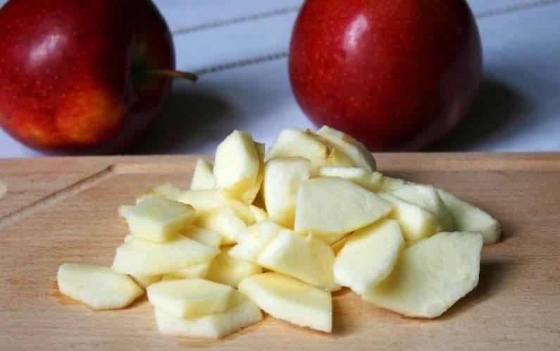 2. Отдельно нарежьте яблоки (лучше очистить их от кожуры). Я готовила курицу с яблоками в духовке в домашних условиях по классическому рецепту.