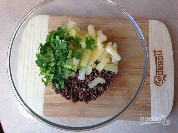 7. Выкладываем в салатник чечевицу, маринованный перец и мелко нарезанную зелень.
