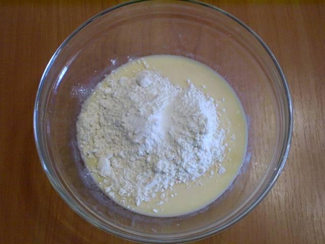 3. Всыпаем муку и и добавляем гашеную уксусом соду, перемешиваем, чтобы не было комочков.