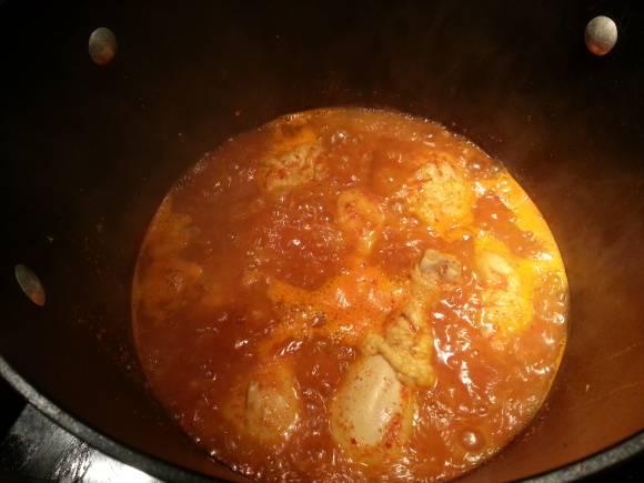 5. Добавьте к курице специи. Отличный цвет блюду придаст красная сушеная паприка. Варите еще минут 15.