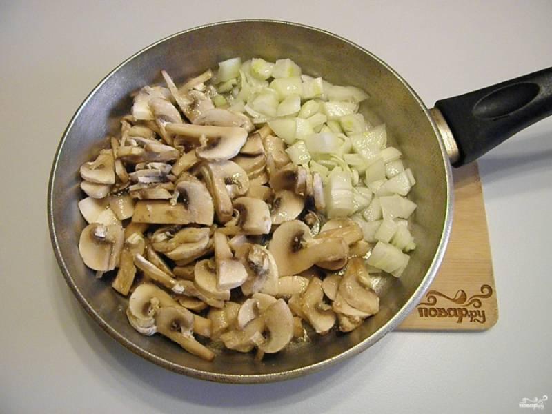 На растительном масле обжарьте лук с грибами в течении 5-6 минут.