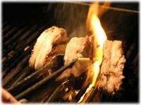 Подготовьте гриль и обжарьте мясо на максимально сильном огне со всех сторон, чтоб сохранить сочность внутри.