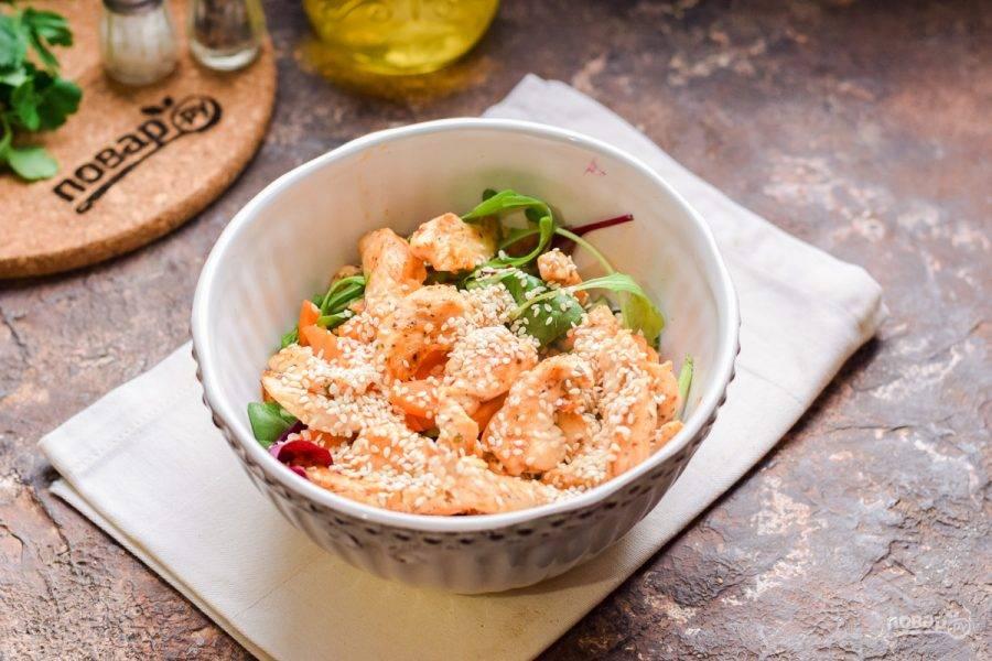 Переложите филе в миску к овощам, добавьте кунжут, соль и перец по вкусу, немного масла. Перемешайте и подавайте салат к столу.