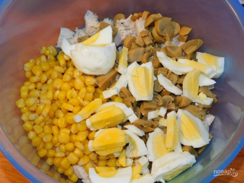 Добавьте кукурузу и нарезанные яйца.