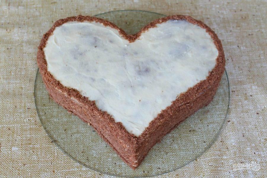 Шоколадные обрезки от коржей и фундук перемалываем в крошку и оформляем боковые части торта, так, как на фото.