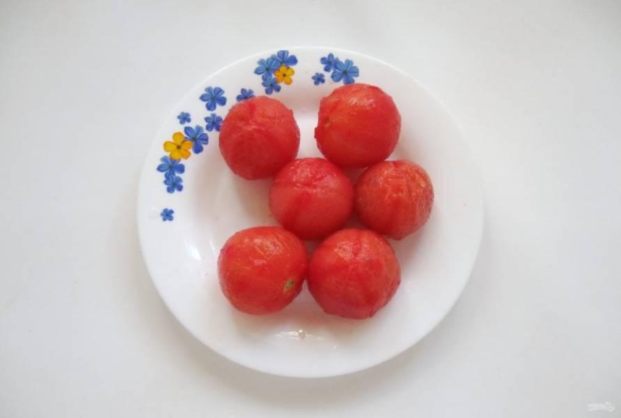 Вскипятите в кастрюле воду и на 2-3 минуты окуните в неё помидоры. Затем обдайте холодной водой и снимите шкурку.