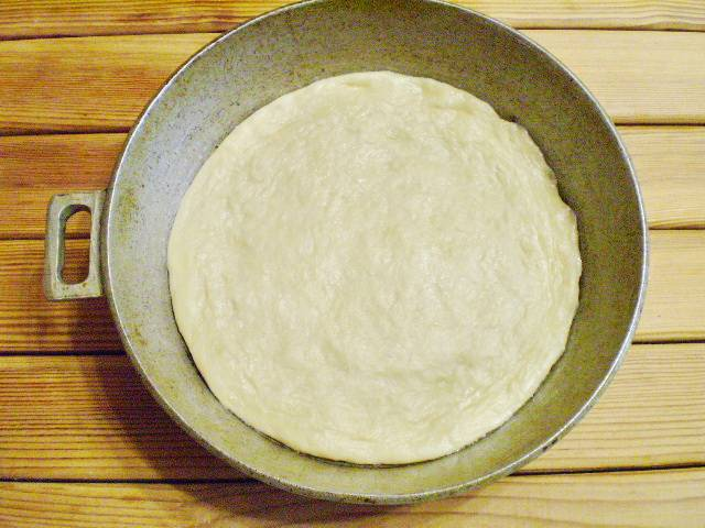 7. Смажьте форму для выпечки маслом рафинированным, растяните тесто по форме.
