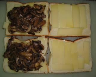 Грибы выложить на половину хлеба.