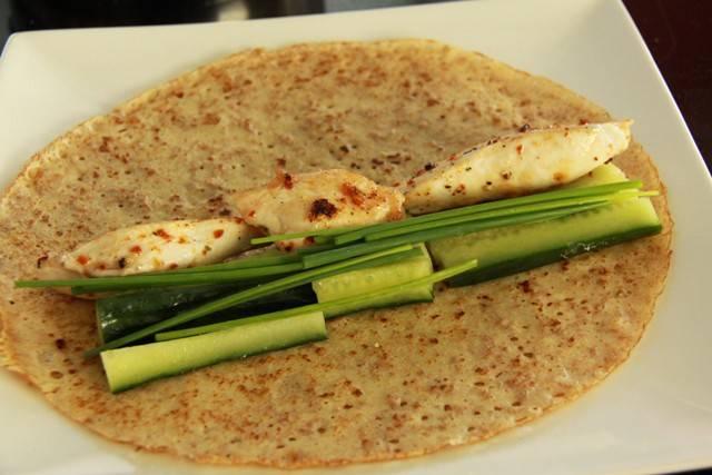 9. Еще один, не менее интересный, вариант - это огурец, филе крупными кусочками и зелень, а также салат и легкая заправка.