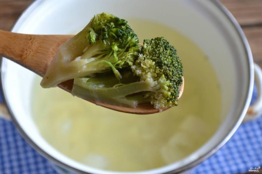 Когда корнеплоды станут мягкими, добавьте брокколи.