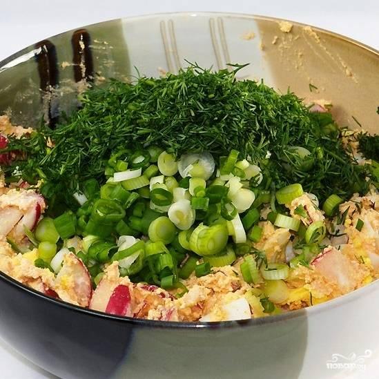 Добавляем в салат редиску, а также мелко нарубленный зеленый лук и укроп.