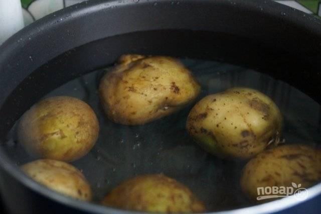 Приготовьте галушки. Промытый картофель отварите до готовности в мундире.
