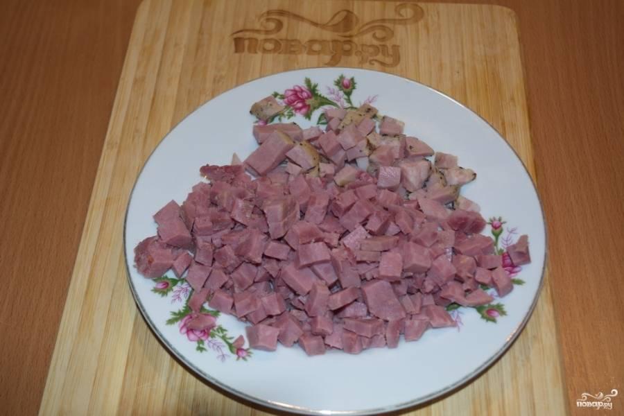Мясные  изделия (ветчину, буженину) нарезаем кубиками.