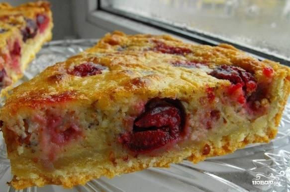 Запекайте в духовке при 180 градусах в течение 45 минут. После того, как пирог остыл, можете наслаждаться его вкусом!