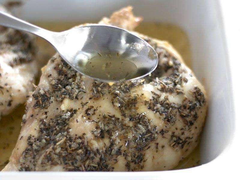 4. Запекайте мясо в разогретой до 135-140 градусов духовке 45 минут, затем достаньте и полейте его выделевшимися соками. Снова отправьте в духовку на 45 минут.