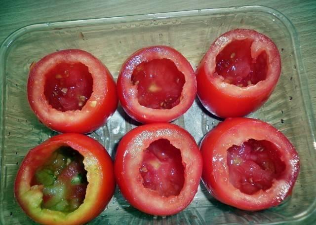 1. Берем помидоры среднего размера, вырезаем сердцевину и откладываем. Плоды лучше использовать среднего размера.