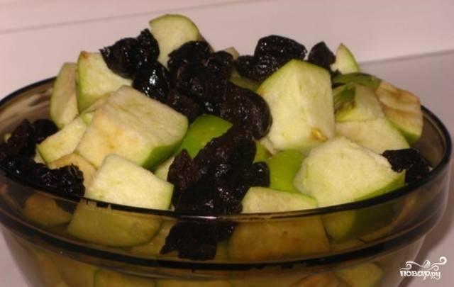 Готовим начинку для гуся. Промоем и нарежем на половинки чернослив. У яблок удалим сердцевину с семенами, нарежем яблоки на куски.
