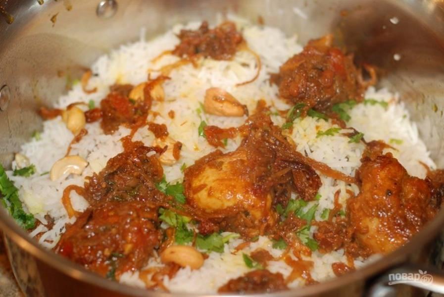 7. Подавайте мясо с рисом, украсив блюдо листочками мяты.
