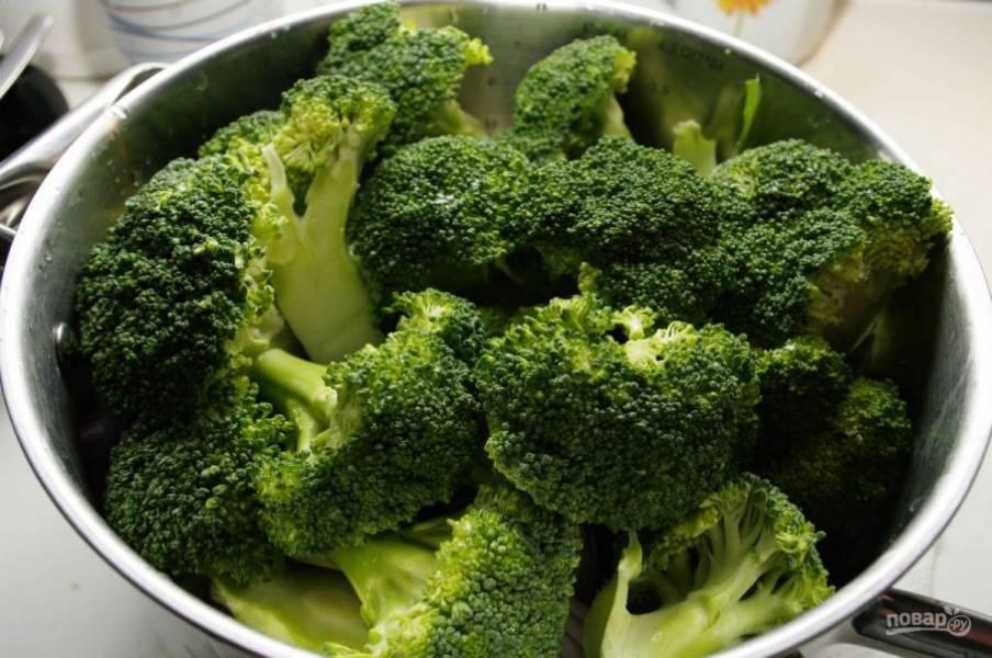 2. Разбираем капусту на соцветия. Обрежьте твердые плодоножки. На дно кастрюли уложите нарезанный некрупно картофель, лук и морковь.