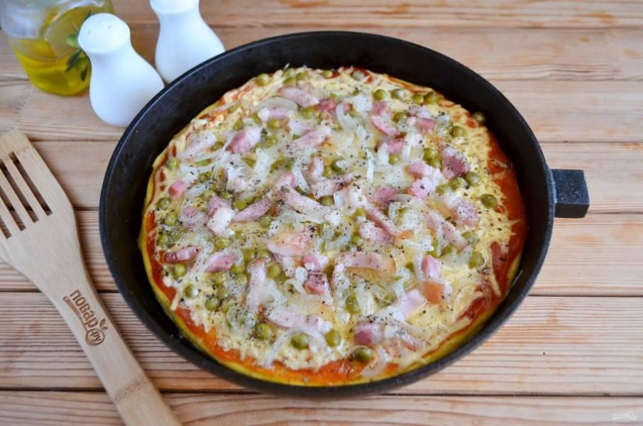 Омлет с стиле пиццы готов! Пока омлет горячий, сыр тянется и просто тает во рту. Угощайтесь!