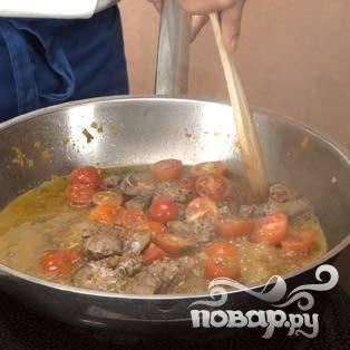 Добавить нарезанные помидоры, веточку тимьяна и выключить огонь. Приправить солью и перцем.