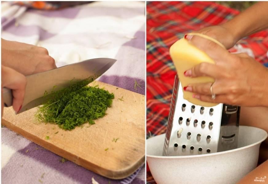 2. Готовим заранее начинку: шинкуем зелень и режем некрупно помидоры, а также натираем на средней терке сыр.