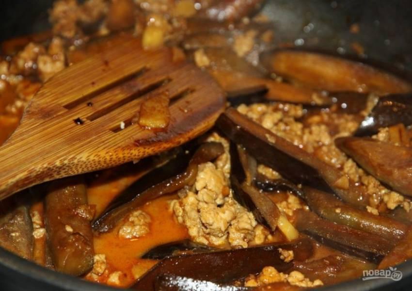 3. Приготовьте маринад: смешайте пасту, добавьте соевый соус, сахар и кунжутное масло. Добавьте баклажаны, порезанные тонкими брусочками (длиной около 2,5 см) и жарьте их до золотистого цвета, после чего залейте маринадом и тушите еще 10 минут на слабом огне.